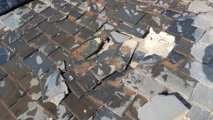 reparación de tejado de pizarra tejas rotas