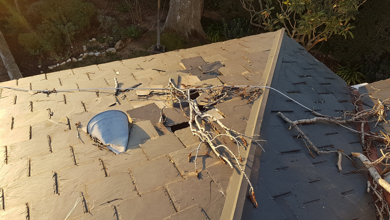 Hundimiento de la base del tejado de pizarra